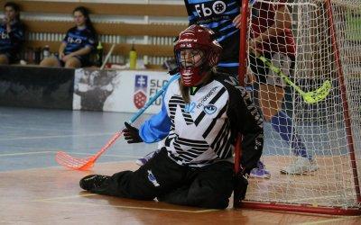 Martina Markovič mení brankársku výstroj za hokejku.